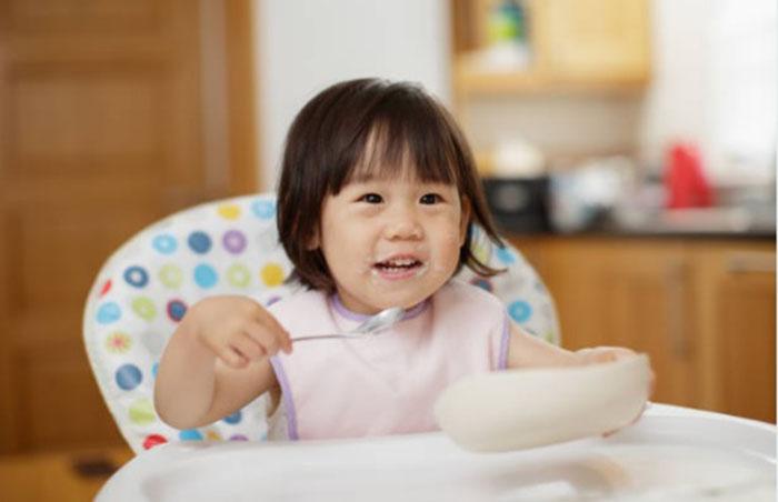 tips parenting, anak makan sendiri, anak susah makan